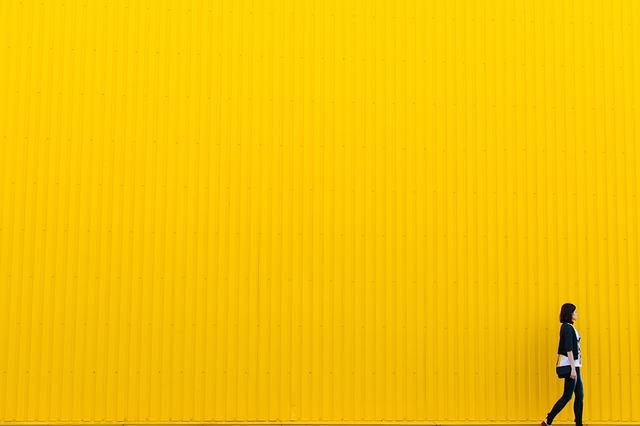 žlutá stěna