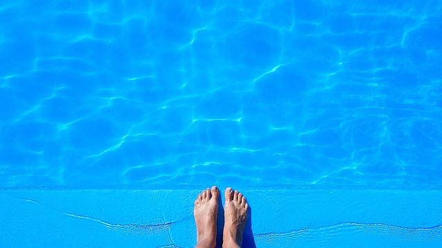nohy na kraji bazénu