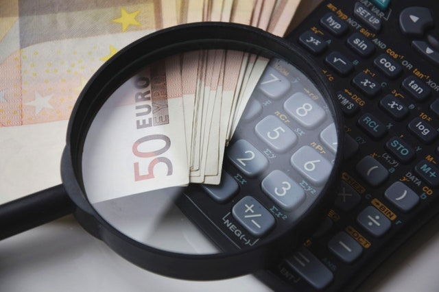 peníze, lupa, kalkulačka
