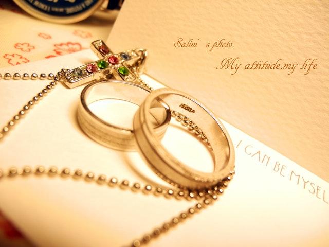 svatební oznámení a prsteny