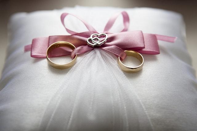 svatební prsteny na polštářku