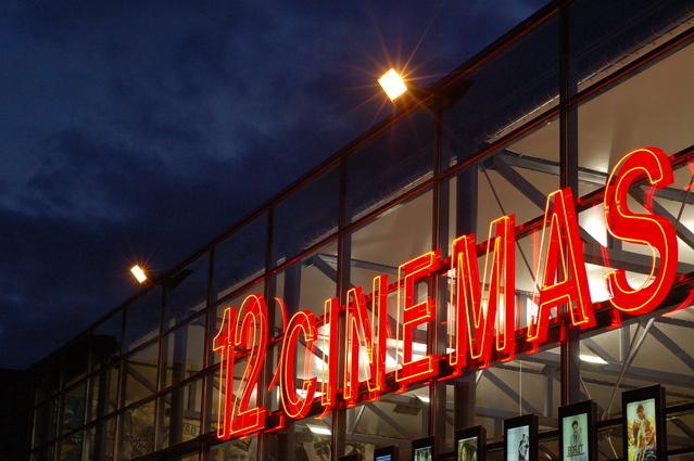 budova zábavního centra s kinosály