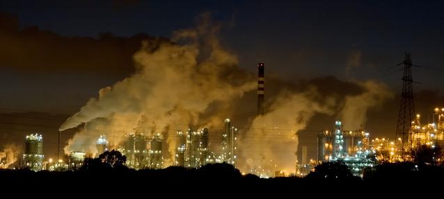 osvětlená průmyslová zóna