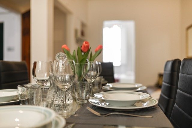 kuchyně, stůl prostřený