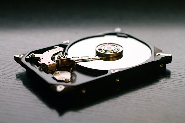 pevný disk na stole