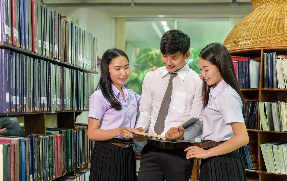 Je dobré udržovat kontakt se starými spolužáky?
